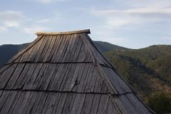 Vecchio tramonto di legno del churche del tetto fotografie stock
