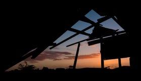 Vecchio tramonto rotto della tettoia Immagini Stock