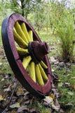 Vecchio trasporto di legno ruota-granuloso Fotografie Stock Libere da Diritti