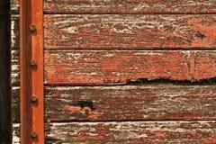 Vecchio trasporto rosso con il fondo di lerciume della pittura della sbucciatura Fotografie Stock
