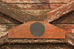 Vecchio trasporto rosso con il fondo di lerciume della pittura della sbucciatura Fotografie Stock Libere da Diritti