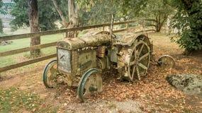 Vecchio trattore abbandonato in un recinto chiuso Immagine Stock
