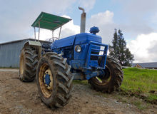 Vecchio trattore ad uno stabilimento lattiero-caseario Immagini Stock Libere da Diritti