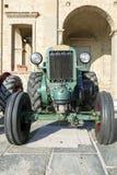 Vecchio trattore agricolo d'annata Immagine di colore Immagine Stock