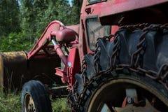 Vecchio trattore arrugginito con le catene per l'inverno Immagini Stock Libere da Diritti