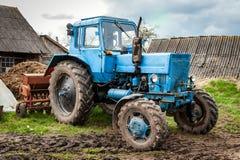 Vecchio trattore blu della Bielorussia su una terra Fotografie Stock Libere da Diritti
