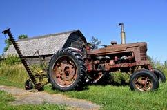 Vecchio trattore con il falciatore del fieno Immagini Stock