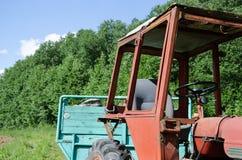 Vecchio trattore del lavoro di rd all'aperto Fotografie Stock
