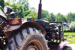 Vecchio trattore fatto da sé rurale all'aperto Meccanizzazione di agricoltura rurale L'investimento di lavoro manuale Immagine Stock