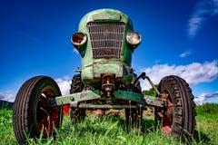 Vecchio trattore nei prati alpini fotografia stock