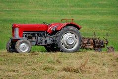 Vecchio trattore rosso Immagini Stock Libere da Diritti