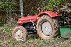 Vecchio trattore rosso fotografie stock