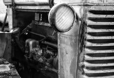 Vecchio trattore rosso, faro del trattore in primo piano Immagini Stock Libere da Diritti