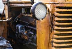 Vecchio trattore rosso, faro del trattore in primo piano Immagine Stock Libera da Diritti