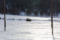 Vecchio trattore sotto la neve immagine stock