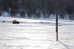 Vecchio trattore sotto la neve fotografia stock