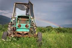 Vecchio trattore sul campo di erba Immagini Stock Libere da Diritti