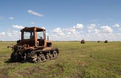 Vecchio trattore sul prato immagini stock libere da diritti