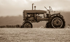 Vecchio trattore sul tono di seppia della collina fotografia stock libera da diritti