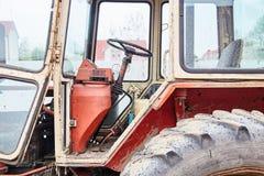 Vecchio trattore sulla fine dell'azienda agricola del cavallo su fotografie stock