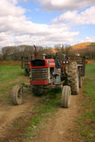 Vecchio trattore in un campo immagine stock libera da diritti