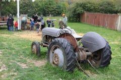 Vecchio trattore in un campo Immagini Stock Libere da Diritti