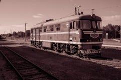 Vecchio treno alla stazione ferroviaria Immagini Stock Libere da Diritti
