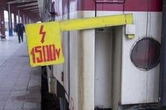 Vecchio treno bulgaro con l'etichetta ad alta tensione Immagine Stock