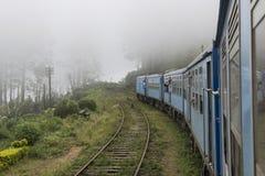 Vecchio treno che si imbatte nella nebbia Ella, Sri Lanka Immagine Stock