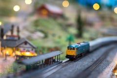 Vecchio treno diesel giallo alla stazione ferroviaria Fotografia Stock