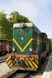 Vecchio treno diesel variopinto nella stazione ferroviaria Fotografia Stock Libera da Diritti