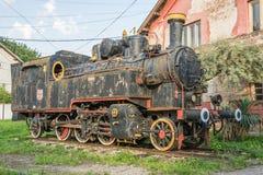 Vecchio treno iugoslavo vicino alla vecchia stazione di ferrovia fotografie stock libere da diritti