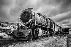 Vecchio treno locomotivo abbandonato, versione in bianco e nero drammatica fotografia stock libera da diritti