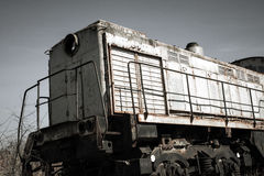 Vecchio treno locomotivo arrugginito in una centrale atomica Immagini Stock
