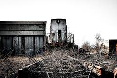 Vecchio treno locomotivo arrugginito in una centrale atomica Fotografia Stock