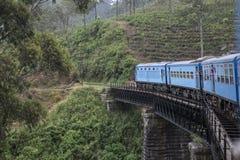 Vecchio treno sul ponte nelle piantagioni di tè Ella, Sri Lanka Fotografia Stock
