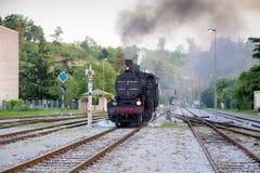 Vecchio treno a vapore in funzione immagine stock