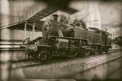 Vecchio treno a vapore, locomotiva d'annata sulla stazione ferroviaria - retro fotografia fotografia stock libera da diritti
