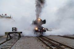Vecchio treno a vapore, lotti di vapore nero e grigio Fotografia Stock