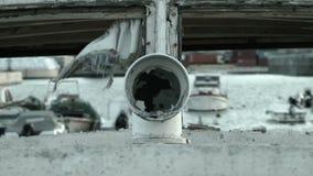 Vecchio tubo dello sfiato della barca con sbattimento dello straccio stock footage
