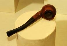 Vecchio tubo di fumo visualizzato nel museo immagini stock