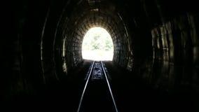 Vecchio tunnel 2 del treno della montagna stock footage