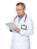 Vecchio uso asiatico di medico della compressa Immagine Stock Libera da Diritti