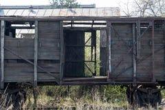 Vecchio vagone coperto rovinato di legno fotografie stock libere da diritti