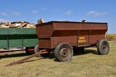 Vecchio vagone del grano di David Bradley caricato con legna da ardere fotografia stock libera da diritti