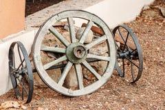 Vecchio vagone della ruota parti dalle vecchie bighe di legno rotte fotografie stock