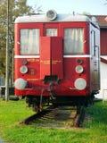 Vecchio vagone rosso del treno al pezzo di ferrovia Immagine Stock