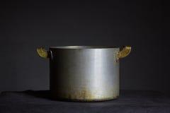 Vecchio vaso del metallo con le maniglie su un fondo nero Fotografia Stock