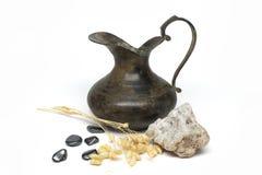 Vecchio vaso del metallo con le pietre preziose Fotografia Stock