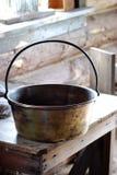 Vecchio vaso del metallo sulla tavola di legno Fotografia Stock